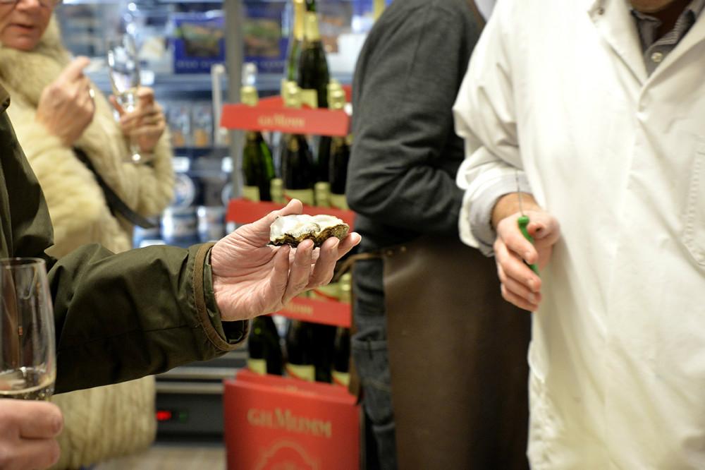 Smagsprøve på østers. Foto: Jens Nielsen