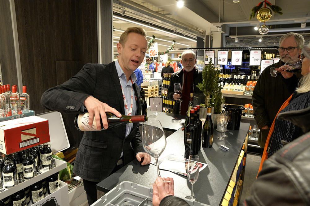 Købmand Peter Egebæk skænker op for en kunde. Foto: Jens Nielsen