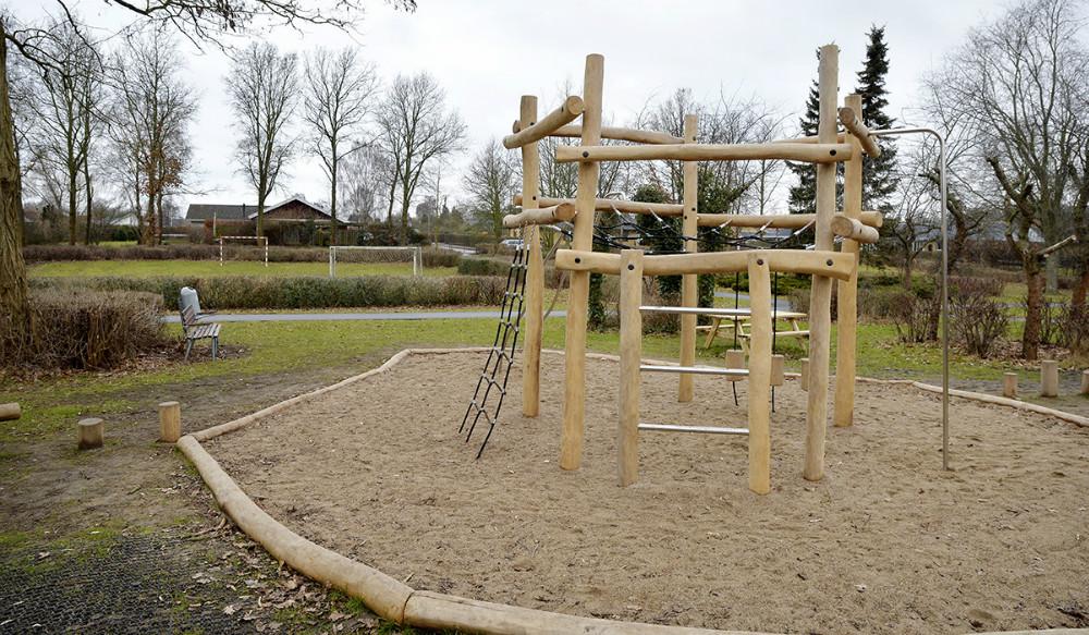 Det grønne område ved legepladsen mellem Søndergade og Enggårdsvej i Ubby, vil blive et af de første områder, hvor den ændrede drift skal afprøves. Foto: Jens Nielsen
