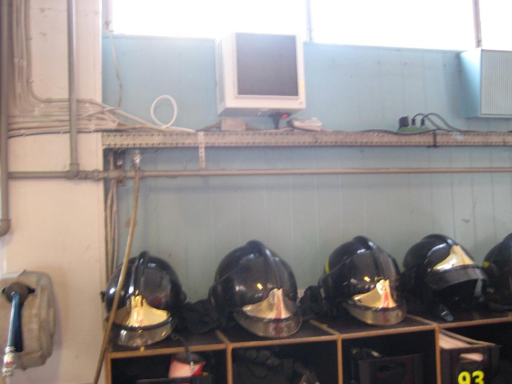 Luftrensningsmaskine sat op i omklædningsrum på brandstation i København.