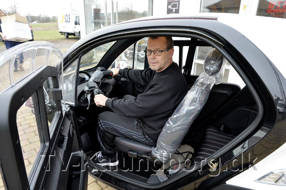 Rene Jensen i den smarte elscooter. Foto: Jens Nielsen