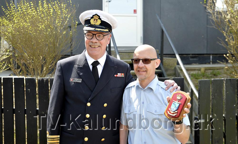 Gustav Lang, kommandørkaptajn og chef for Søværnets Overvågnings Enhed, sammen med stationsleder Mogens Gotlob. Foto: Jens Nielsen