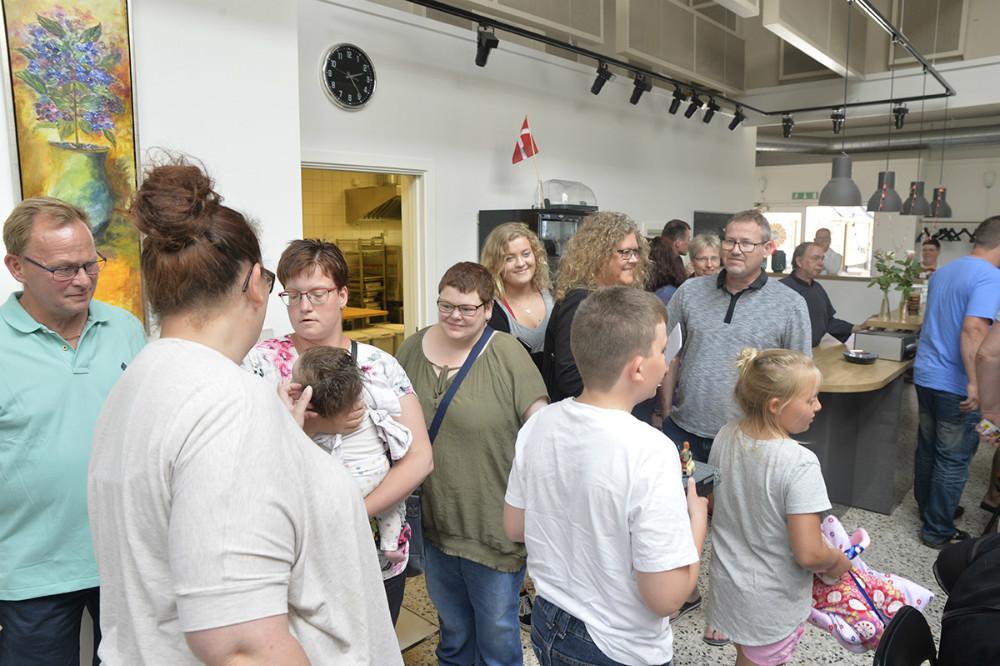 Mange var mødt op for at fejre Café Solsikkens 25-års fødselsdag. Foto: Jens Nielsen