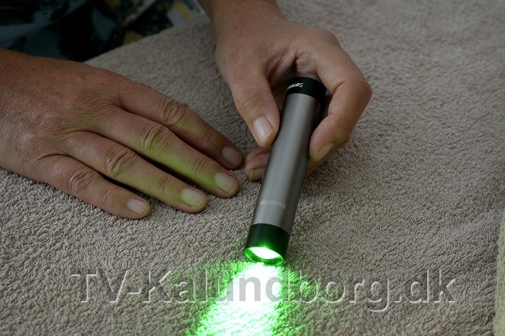En lille lampe der kan lyse i forskellige farver gives der Farve og Lys terapi. Foto: Jens Nielsen
