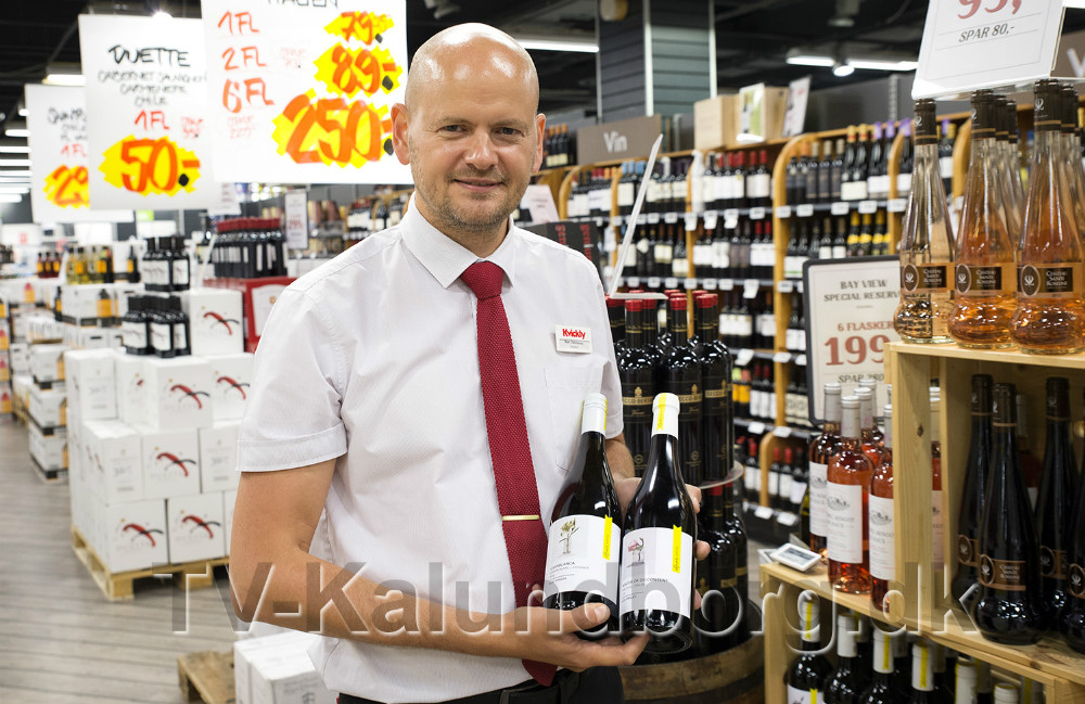 Kim Christensen, souschef, Kvickly Kalundborg, er klar med jubilæumsvin. Foto: Jens Nielsen