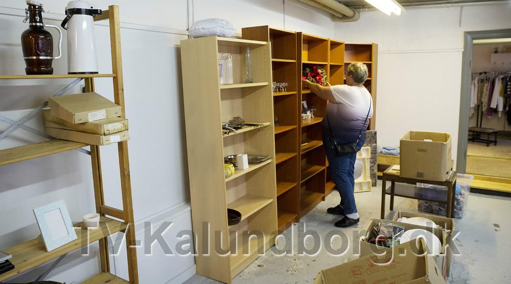 Helle Nielsen pakker flyttekasserne ud og sætter på hylder. Foto: Jens Nielsen