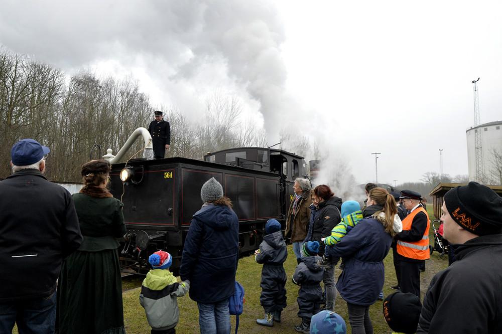 Der var stor interesse for det gamle damplokomotiv. Foto: Jens Nielsen