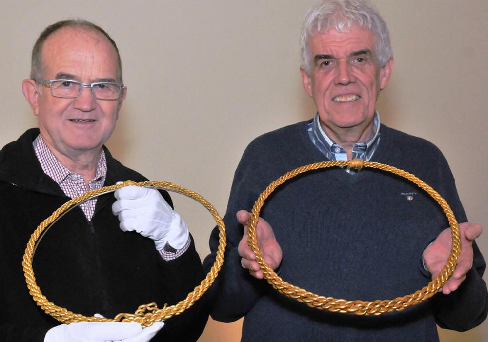 Henning Vingborg (tv.)og Flemming Engtoft Larsen med Tissøringen på Nationalmuseet. Det er den ægte ring til venstre. Foto: Claus Sørensen