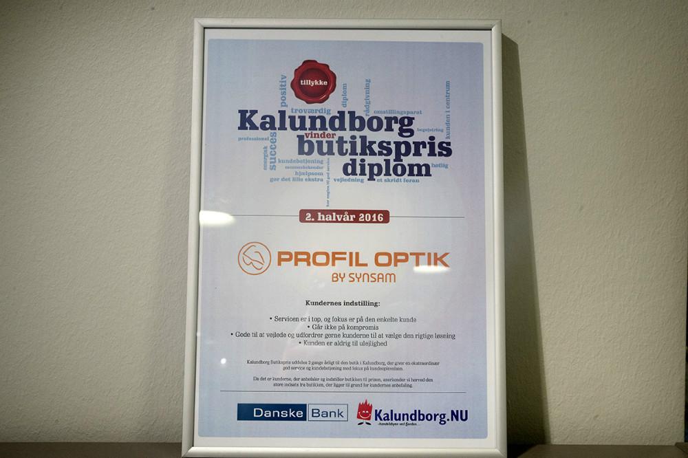 Der var et flot diplom til forretningen. Foto: Jens Nielsen