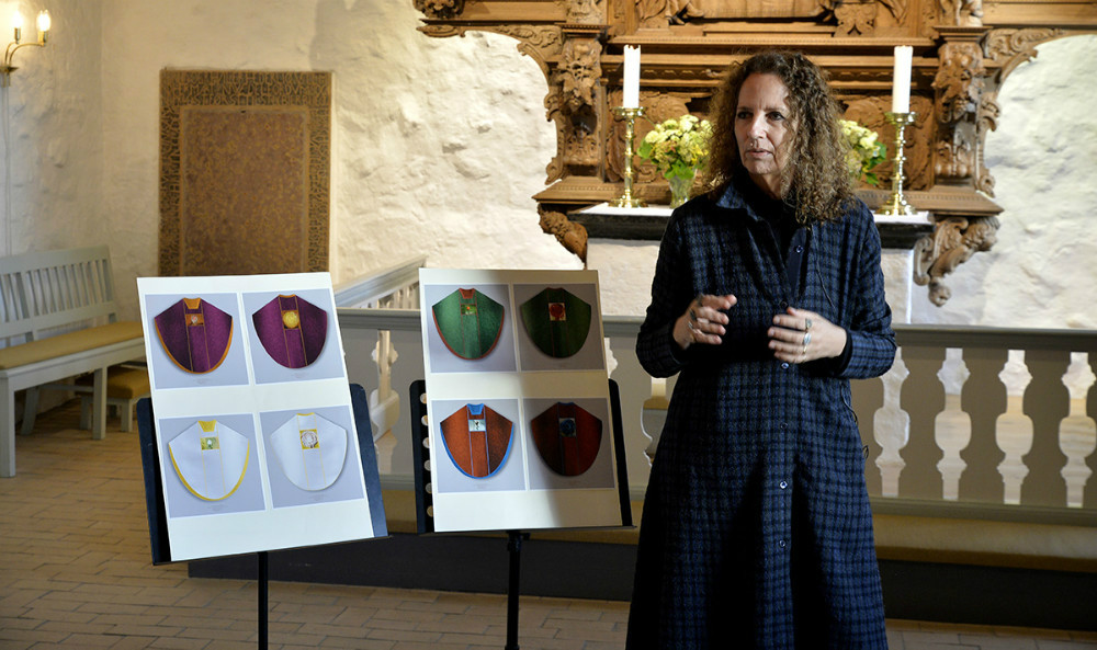 Den anerkendte kunstner Maja Lise Engelhardt skal stå for at fremstille fire nye messehagler til Raklev Kirke. Foto: Jens Nielsen