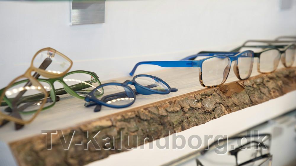 Masser af briller på de nye hylder. Foto: Jens Nielsen
