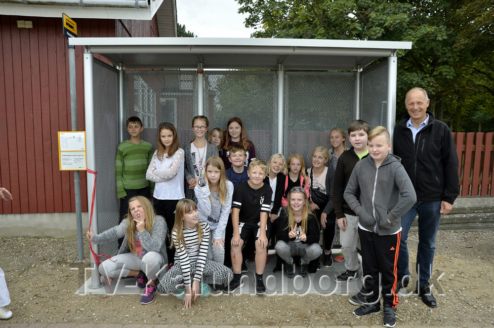 Elever fra Firhøjskolen sammen med borgmester Martin Damm i det nye busskur. Foto: Jens Nielsen