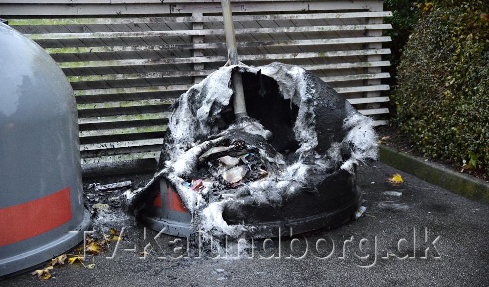 En aviscontainer blev sat i brand sent tirsdag aften. Foto: Jens Nielsen