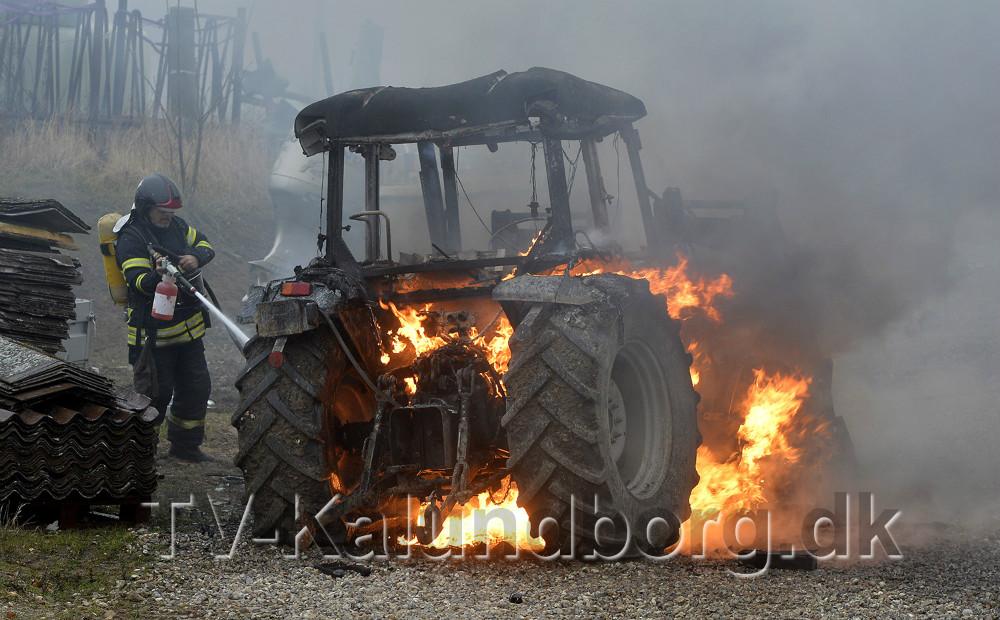 Traktoren var omspændt af flammer da mandskabet fra Vestsjællands Brandvæsen komfrem. Foto: Jens Nielsen