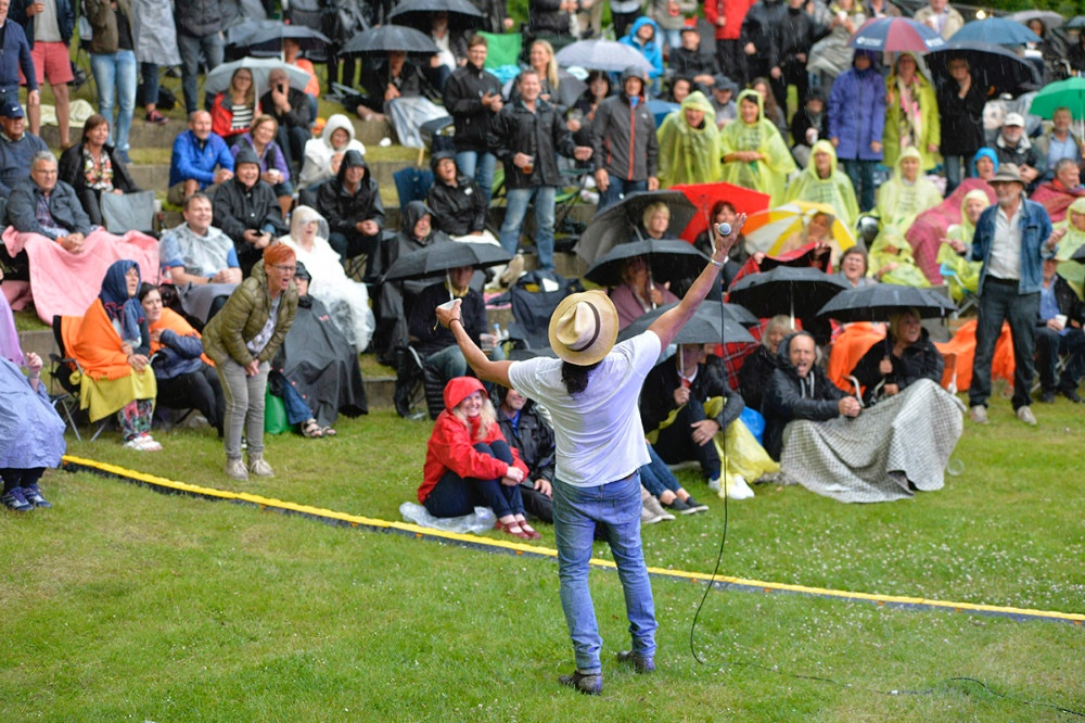 ´Musik i Gryden´ 2016, hvor gæsterne trods regn var i vældig festhumør. Arkivfoto: Jens Nielsen.