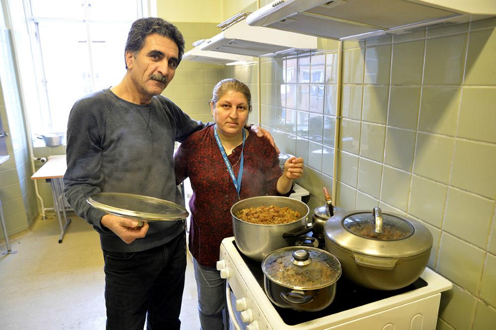 Der var godt gang i gryderne i de små køkkener. Foto: Jens Nielsen