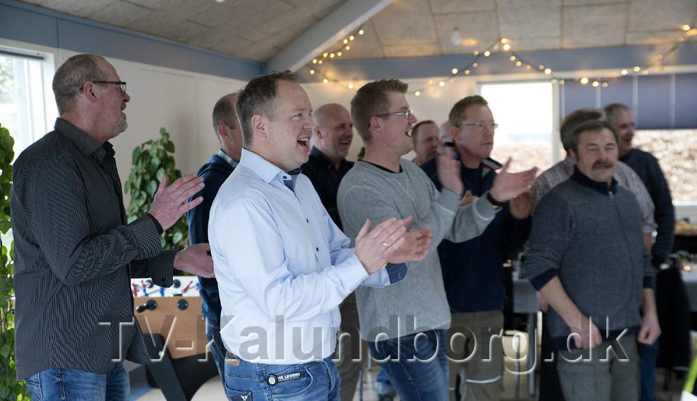 Wouter Slooten (i lyseblå skjorte) gav betonfolkene en overraskelse inden julefrokosten. Foto: Jens Nielsen