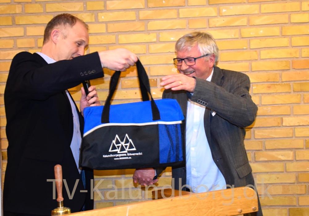 Borgmester Martin Damm (V) overrækker tidligere bestyrelsesformand for Kalundborgegnens Erhvervsråd en gave, da han stopper. Foto: Gitte Korsgaard