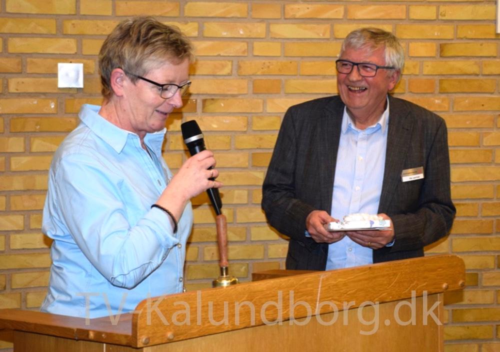 Projekt og Udviklingschef i Kalundborgegnens Erhvervsråd, Laila Bregner Carlsen overrækker Ole Lauritzen en gave. Foto: Gitte Korsgaard.