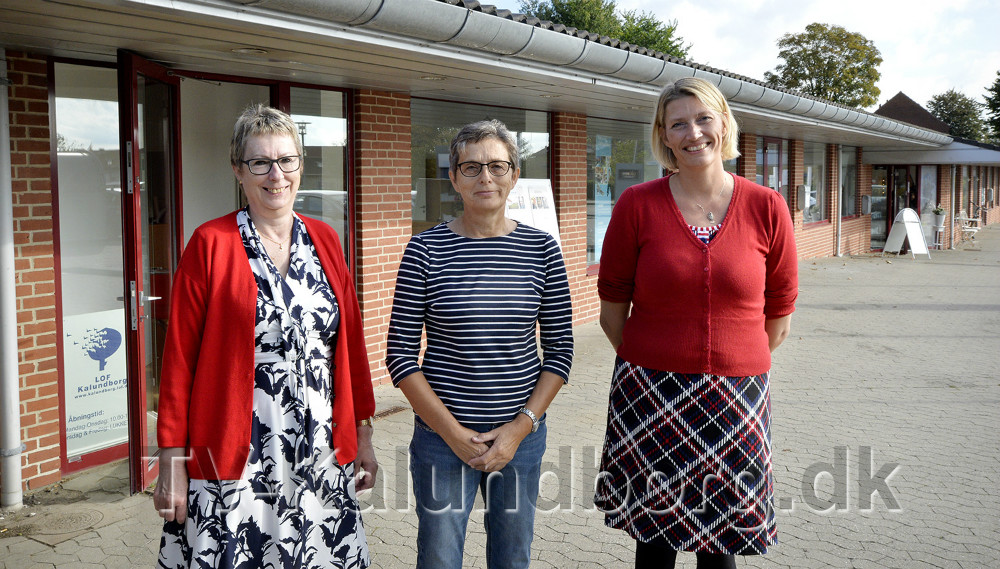 Fra venstre, Eva Huniche, Bente Andersen og Karina Vincentz foran de nye lokaler. Foto: Jens Nielsen