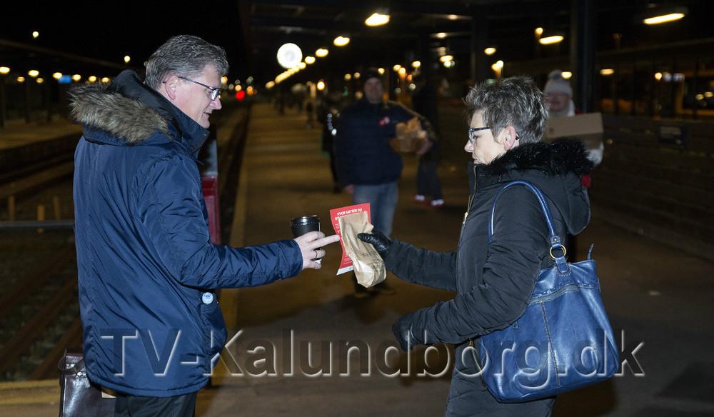 Gunver Jensen fra Socialdemokratiet delte morgenbrød og politiske budskaber ud mandag morgen på Kalundborg Station. Foto: Jens Nielsen