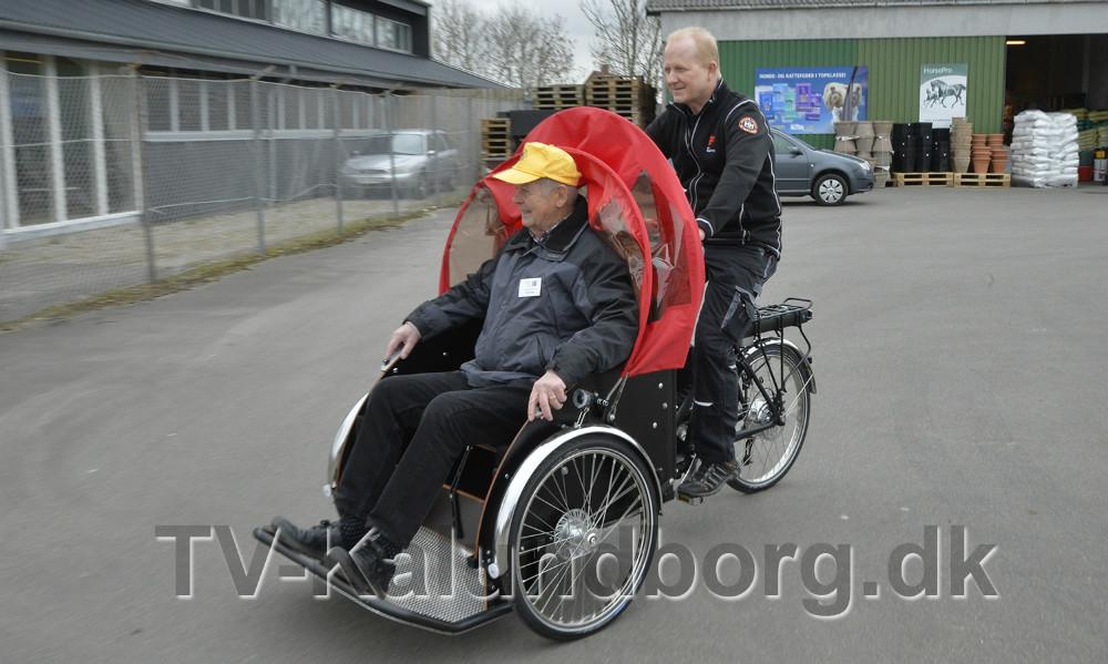 Martin Thyssen fra ´Cyklinguden alder´ fik den første tur af Henrik Djernis, der har leveret cyklerne. Foto Jens Nielsen