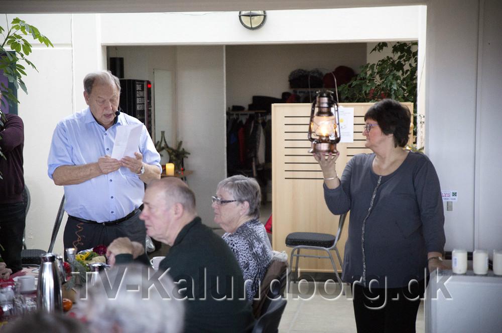 Formand for Hjælpetjenesten Karin Hansen bar fredslyset ind. Foto: Jens Nielsen