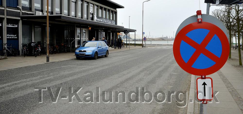 En del bilister har tilsyneladende ikke opdaget af reglerne for standsning og parkering på Banegårdspladsen er ændret. Foto: Jens Nielsen