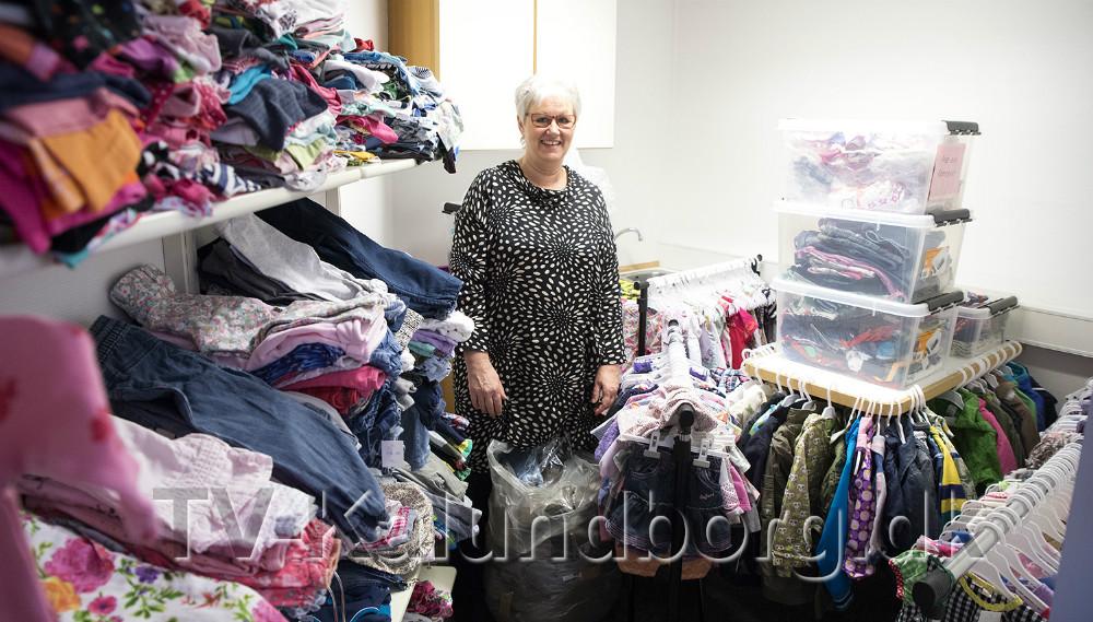 FormandDorthe Hornbæk-Jensen i lagerrummet hvor der er masser af tøj klar til at blive solgt i den nye forretning. Foto: Jens Nielsen