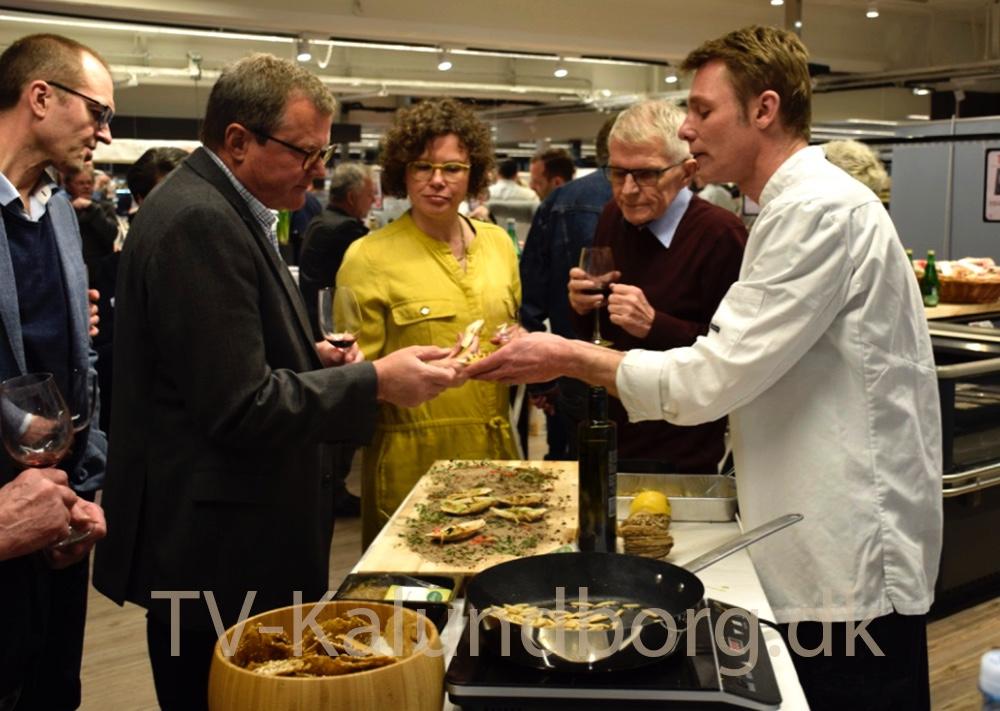 Flere turde smage melorme og græshopper til Gourmetaften i Meny. Foto: Gitte Korsgaard.
