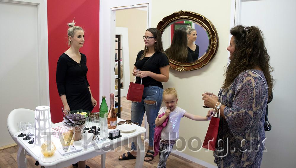 Kosmetolog Isabella Montserrat i snak med et par af gæsterne. Foto: Jens Nielsen