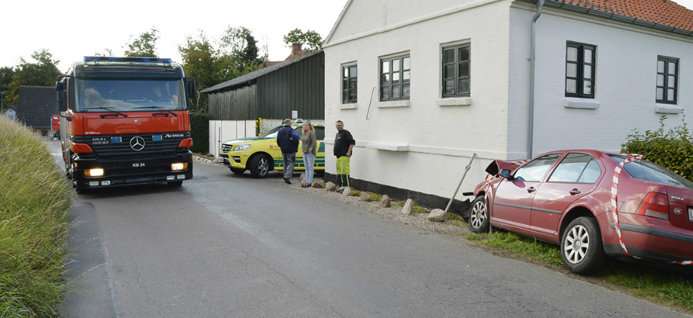 Brandvæsen og ambulance blev tilkaldt til færdselsuheldet på Værslevvej i Værslev. Foto: Jens Nielsen