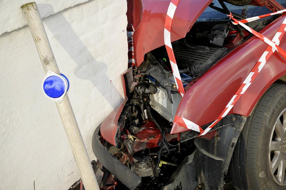 Bilen er totalskadet. Foto: Jens Nielsen