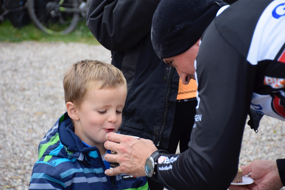 Også de små får lidt kakao. Foto: Gitte Korsgaard.