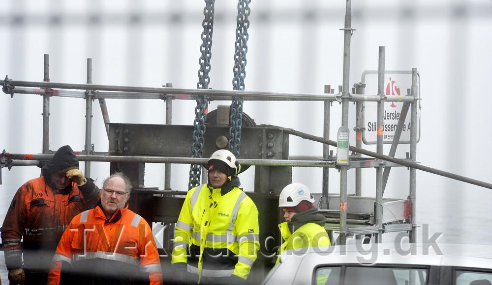 Wiren der skal køre broklappen op og ned er hoppet af i den ene side. Foto: Jens Nielsen