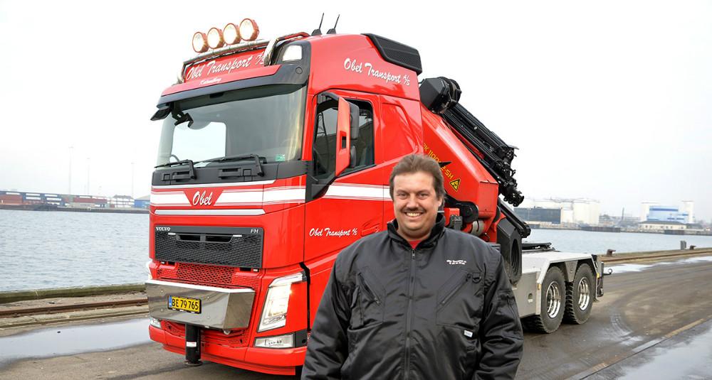 Vognmand Peter Obel foran den nye kranbil. Foto: Jens Nielsen