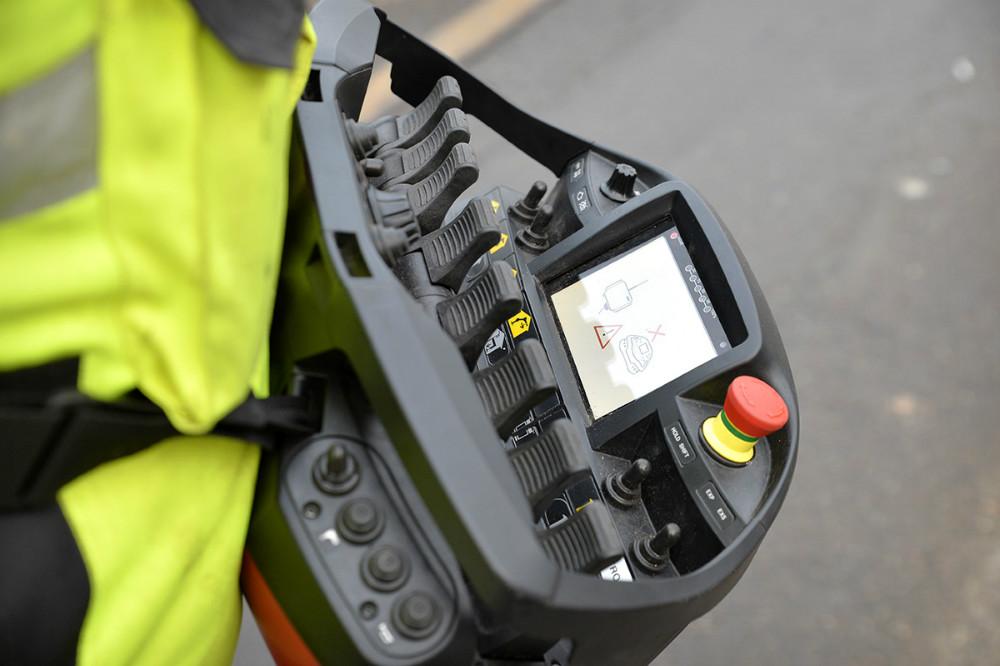 Kranen styres fra denne avancerede fjernbetjening. Foto: Jens Nielsen
