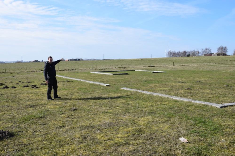 Ole Rasmussen peger hen imod stedet, hvor man fandt den berømte Tissø-ring. Foto: Gitte Korsgaard.
