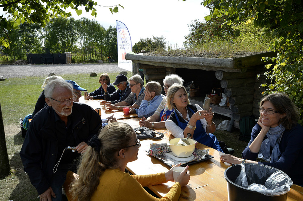 Medlemmerne af Sct. Georgs Gildet i Kalundborg fik en kop kaffe inden madlavningen startede. Foto: Jens Nielsen