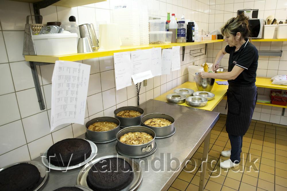 Lone Sørensen i køkkenet i Svallerup Forsamlingshus. Foto: Jens Nielsen