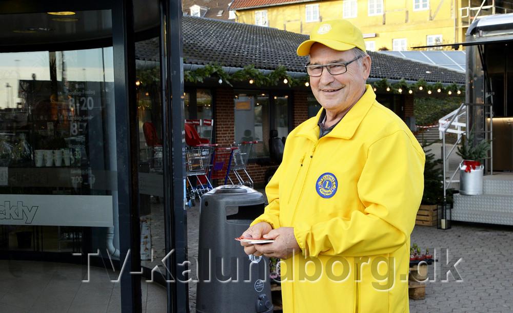 Svend Olesen Lions igang med at sælge foreningens julelotteri. Foto: Jens Nielsen