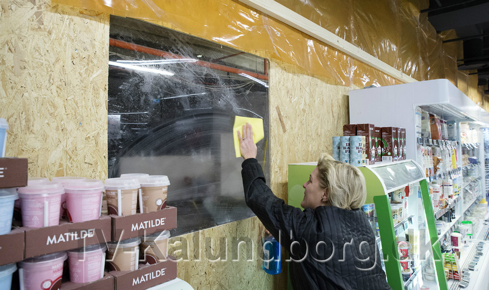 Der er sat vindue i støvvæggen så kunderne kan følge med i byggeriet. Foto: Jens Nielsen