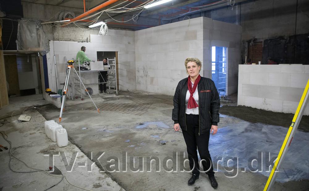 Varehuschef Kirsti Thygesen på byggepladsen, der skal blive til en helt ny moderne slagterafdeling. Foto: Jens Nielsen