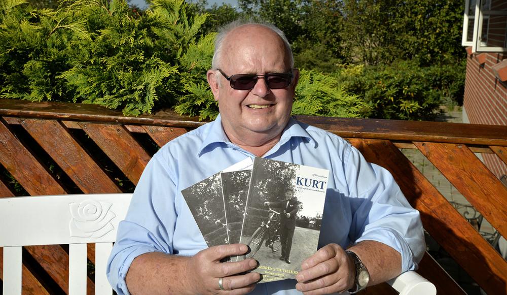 En stolt Kurt Jensen med sin nye bog. Foto: Jens Nielsen