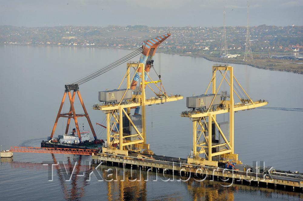De to store kulkraner ved Asnæsværket skal nu skrottes, arbejdet begyndte tirsdag. Foto: Jens Nielsen