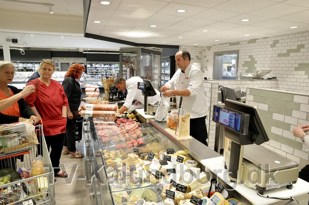 Den store slagter og delikatesseafdeling er hjertet i forretningen. Foto: Jens Nielsen