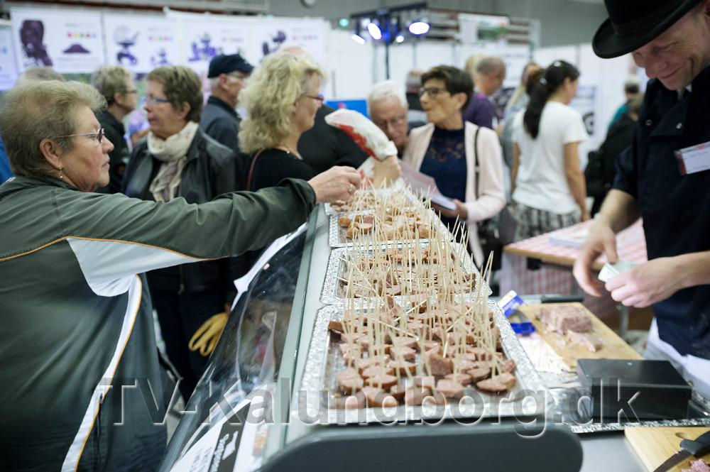 Kvickly slagteren deler smagsprøver ud. Arkivfoto: Jens Nielsen