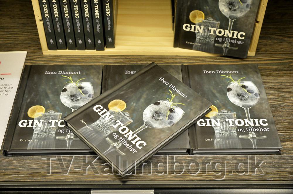 ´Gin, Tonic og Tilbehør´ hedder bogen, skrevet af Iben Diamant, der står bag bloggen WhyNotGin. Foto: Jens Nielsen