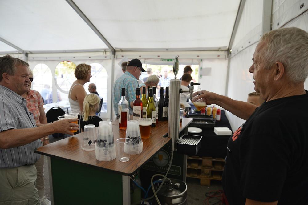 Der var øl, vin og vand i Dagli´Brugsens telt. Foto: Jens Nielsen