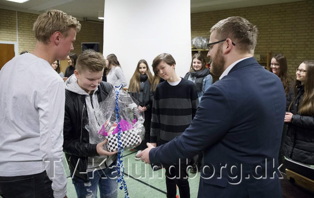 Folketingsmedlem Jeppe Jakobsen(DF) overrakte præmien til eleverne. Foto: Jens Nielsen